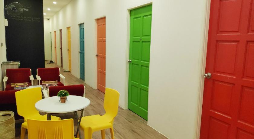TOP HOSTELS IN BRUNEI: The colorful corridor of EZ Lodgings
